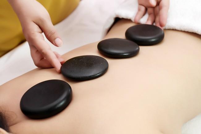 Massage bằng đá nóng đem lại vô vàn lợi ích, hãy tận dụng ngay vào những ngày lạnh lẽo này - Ảnh 2.