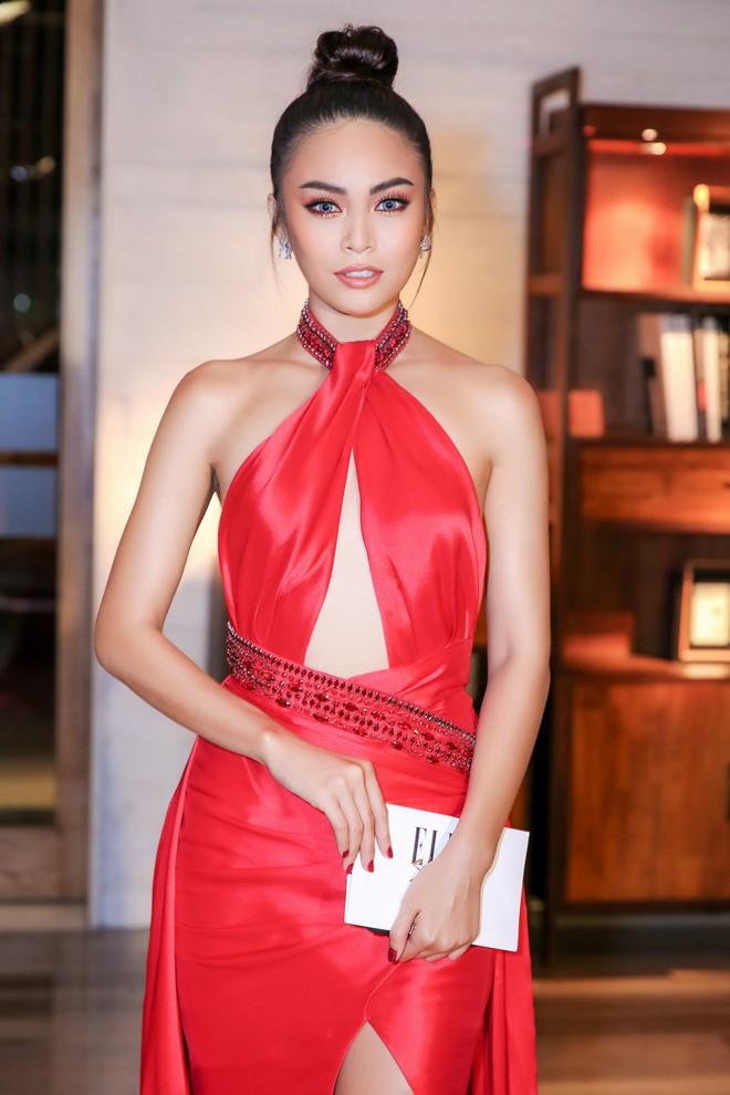 Diện chung một thiết kế đầm đỏ gợi cảm, Nam Em sang trọng lộng lẫy, đối lập Mâu Thủy cá tính sắc lạnh - Ảnh 9.