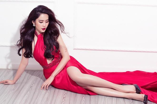 Diện chung một thiết kế đầm đỏ gợi cảm, Nam Em sang trọng lộng lẫy, đối lập Mâu Thủy cá tính sắc lạnh - Ảnh 3.