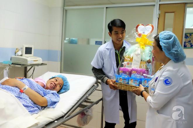 Bà mẹ 24 tuổi ở Sài Gòn sinh bé gái ngay thời khắc đầu tiên của năm 2018  - Ảnh 8.