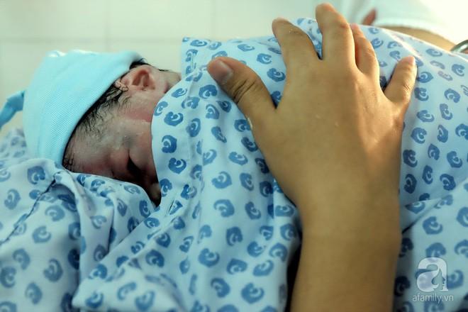 Bà mẹ 24 tuổi ở Sài Gòn sinh bé gái ngay thời khắc đầu tiên của năm 2018  - Ảnh 13.