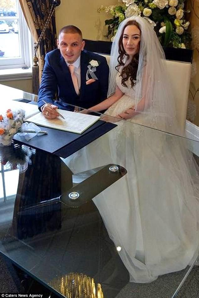 Đám cưới khó quên của cặp vợ chồng son chưa kịp cắt bánh cưới, cô dâu đã vỡ ối ngay tại trận - Ảnh 2.