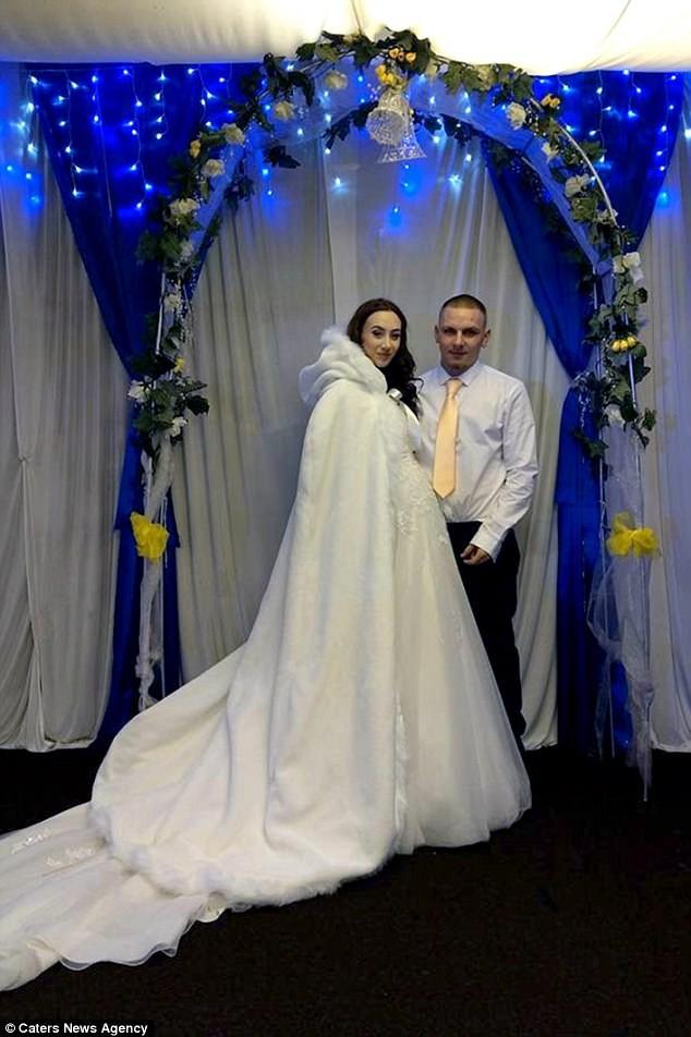 Đám cưới khó quên của cặp vợ chồng son chưa kịp cắt bánh cưới, cô dâu đã vỡ ối ngay tại trận - Ảnh 1.