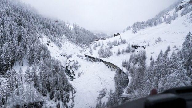 Hơn 13.000 du khách mắc kẹt ở khu du lịch trượt tuyết ở Thụy Sĩ - Ảnh 2.