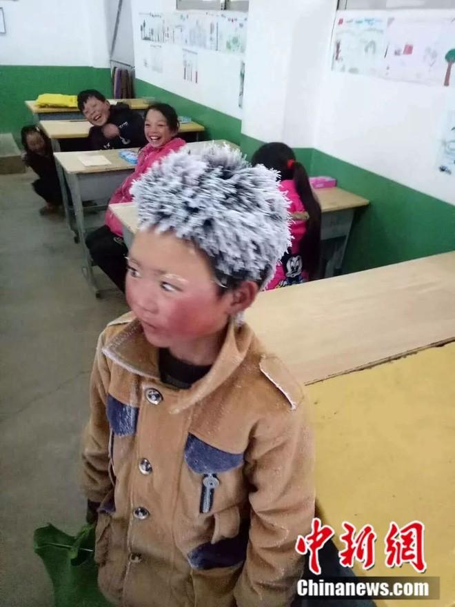 Tâm sự của cha cậu bé tóc đông đá đi bộ 5 km tới trường dưới thời tiết -9 độ C: Tôi chỉ mong con tiếp tục học hành - Ảnh 1.