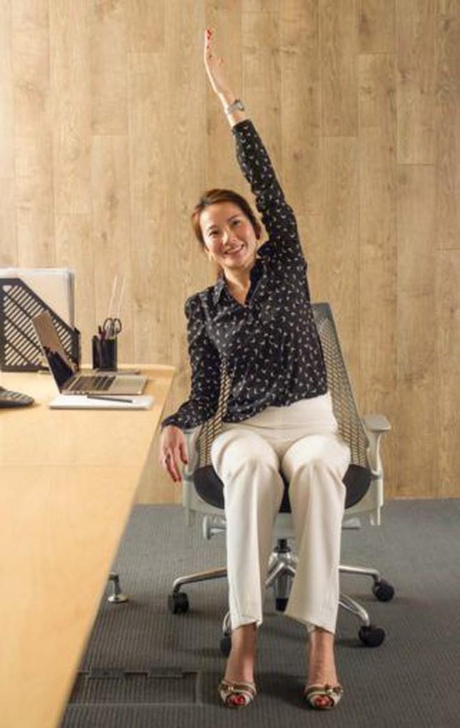 Dân văn phòng ngồi nhiều luôn đối mặt với tình trạng đau lưng khó chịu và đây là cách giải quyết hiệu quả - Ảnh 2.