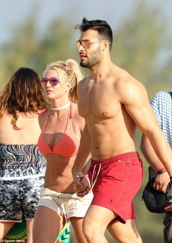 Lộ ảnh đeo nhẫn kim cương, Britney Spears bị đồn đã đính hôn cùng bạn trai kém tuổi  - Ảnh 1.