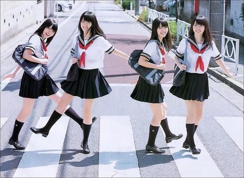 Mặc cho tuyết rơi trắng trời, nữ sinh Nhật Bản vẫn kiên cường diện váy ngắn xinh xắn tới trường - Ảnh 1.