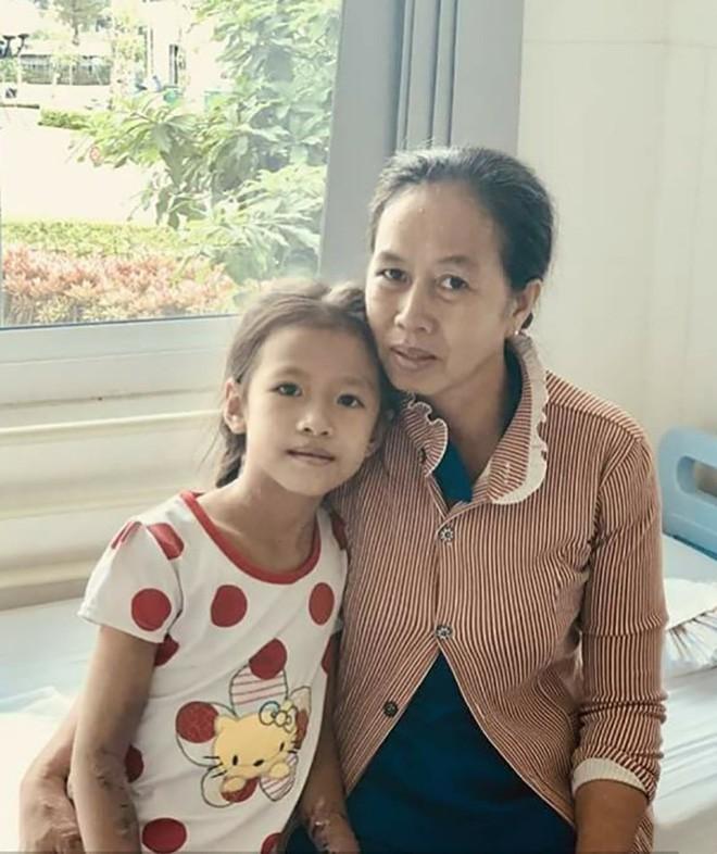 Tiền Giang: Chồng mất sớm, mẹ đơn thân nghẹn ngào nhìn con hôn mê vì sốt xuất huyết nặng - ảnh 2