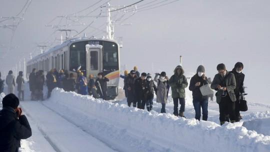 Nhật Bản: Tuyết chôn chân xe lửa, khách rã rời đứng cả đêm - Ảnh 2.