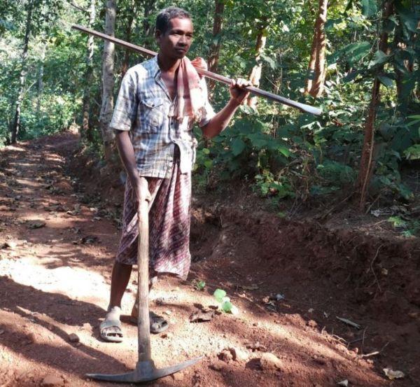 Người cha một mình đào 8km đường núi để các con đi học, về nhà dễ dàng hơn - Ảnh 1.