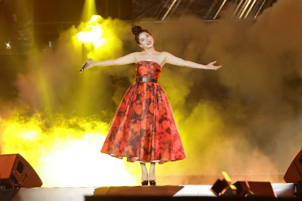 Diện lại váy cũ của Hà Tăng, Lệ Quyên vẫn xinh đẹp, sang trọng không tì vết - Ảnh 1.