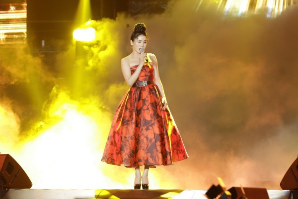 Diện lại váy cũ của Hà Tăng, Lệ Quyên vẫn xinh đẹp, sang trọng không tì vết - Ảnh 2.