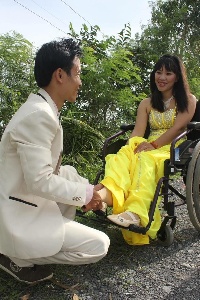 Cô gái ngồi xe lăn vẫn kiếm được chồng kém tới 4 tuổi, giành làm hết mọi việc nhà - Ảnh 2.