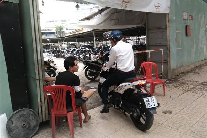 Loạn giá giữ xe ở trung tâm Sài Gòn sau khi dẹp bãi giữ xe vỉa hè - ảnh 2