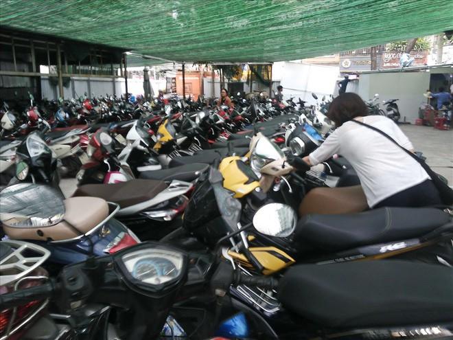 Loạn giá giữ xe ở trung tâm Sài Gòn sau khi dẹp bãi giữ xe vỉa hè - ảnh 3