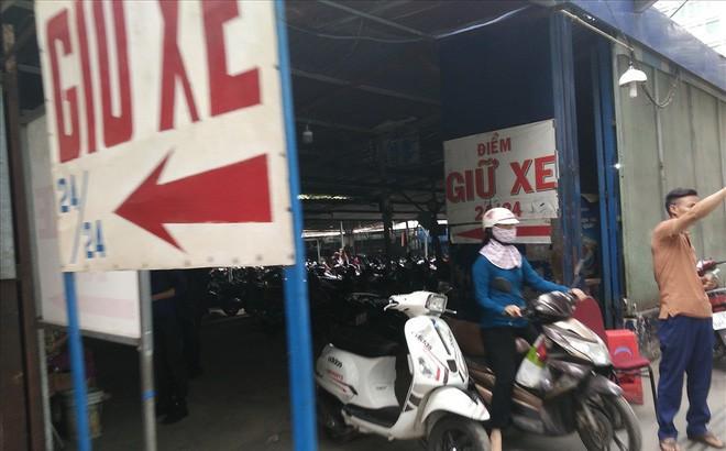 Loạn giá giữ xe ở trung tâm Sài Gòn sau khi dẹp bãi giữ xe vỉa hè - ảnh 1