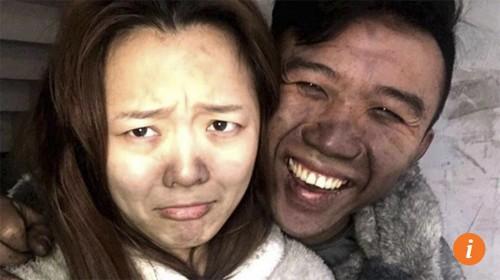 Cặp vợ chồng vô tư chụp ảnh tự sướng dù nhà vừa bị cháy - Ảnh 1.