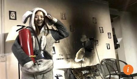 Cặp vợ chồng vô tư chụp ảnh tự sướng dù nhà vừa bị cháy - Ảnh 2.