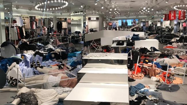Vì chiếc áo phân biệt chủng tộc mà loạt store của H&M tại Nam Phi bị phá thảm hại, cả ngàn người biểu tình - Ảnh 2.