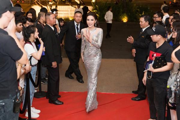 Hoa hậu Kỳ Duyên diện đầm ôm, không ngại khoe vòng 1 khiêm tốn trên thảm đỏ - Ảnh 1.