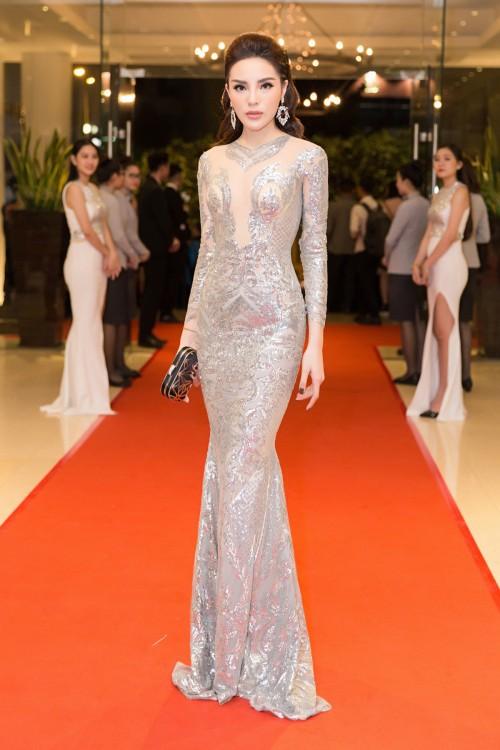 Hoa hậu Kỳ Duyên diện đầm ôm, không ngại khoe vòng 1 khiêm tốn trên thảm đỏ - Ảnh 2.