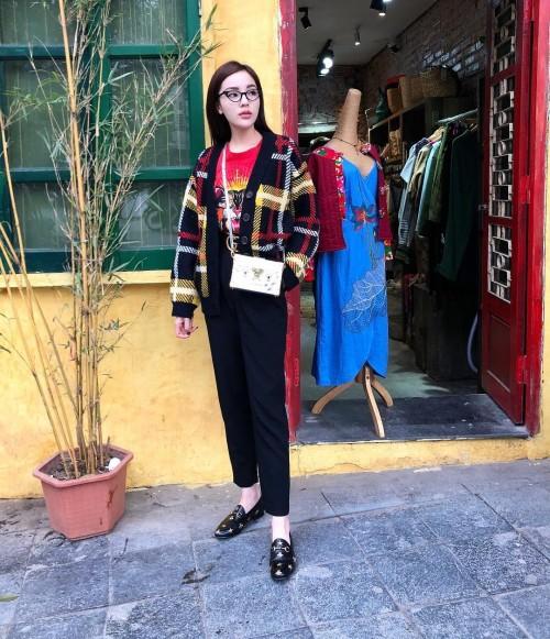 Phạm Hương, Kỳ Duyên đã cất giày cao vời vợi vào tủ… để tậu mốt giày Selena Gomez mê mẩn - Ảnh 1.