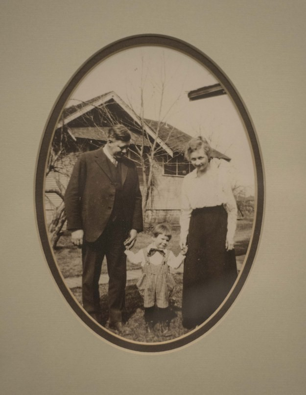 Kỷ niệm 100 năm ngày cưới của ông bà, người cháu tìm được chiếc bánh cưới đính kèm lá thư đáng yêu từ bạn của cô dâu - Ảnh 1.