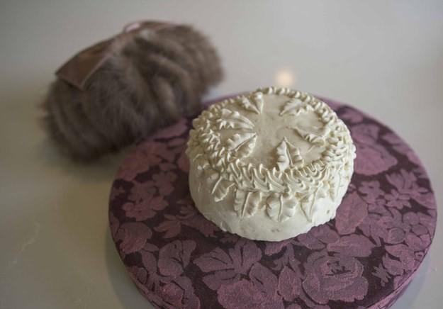 Kỷ niệm 100 năm ngày cưới của ông bà, người cháu tìm được chiếc bánh cưới đính kèm lá thư đáng yêu từ bạn của cô dâu - Ảnh 2.