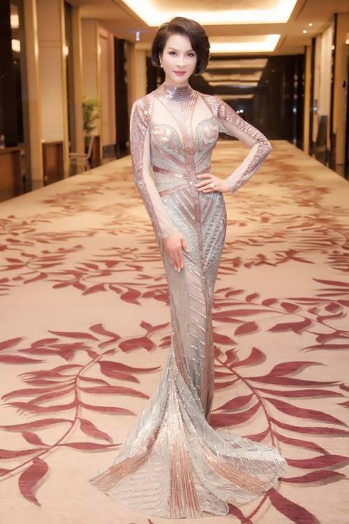 Thanh Mai 'ăn gian' tuổi thành công, lấn lướt Hoàng Thuỳ khi đụng váy xuyên thấu - Ảnh 1.