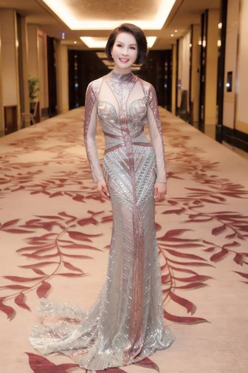 Thanh Mai 'ăn gian' tuổi thành công, lấn lướt Hoàng Thuỳ khi đụng váy xuyên thấu - Ảnh 2.