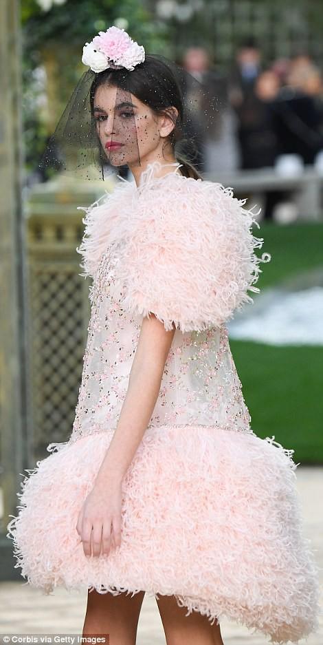 Con gái 16 tuổi của Cindy Crawford xuất hiện ấn tượng ở Tuần lễ Thời trang Haute Couture - Ảnh 2.