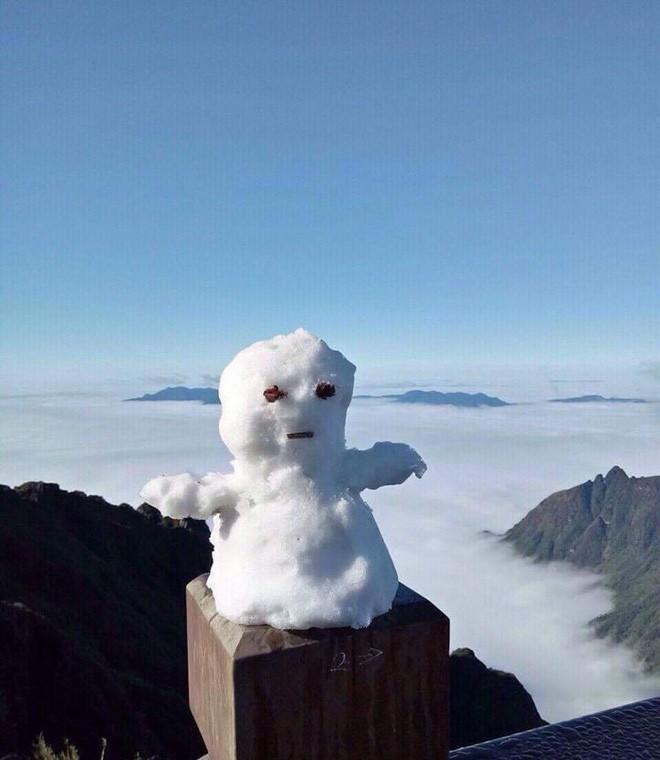Tuyết phủ trắng xóa đỉnh Fansipan, du khách ngỡ ngàng như đang ở trời Âu - Ảnh 11.