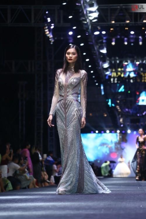 Thanh Mai 'ăn gian' tuổi thành công, lấn lướt Hoàng Thuỳ khi đụng váy xuyên thấu - Ảnh 11.