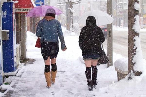 Mặc cho tuyết rơi trắng trời, nữ sinh Nhật Bản vẫn kiên cường diện váy ngắn xinh xắn tới trường - Ảnh 12.