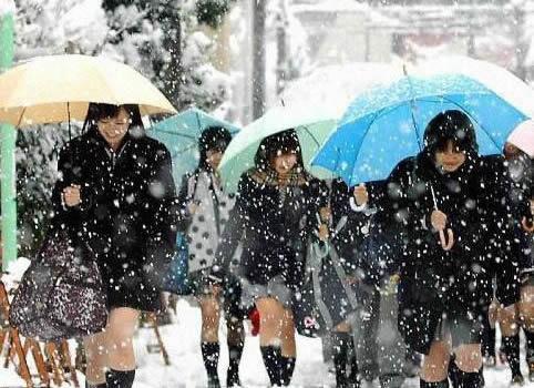 Mặc cho tuyết rơi trắng trời, nữ sinh Nhật Bản vẫn kiên cường diện váy ngắn xinh xắn tới trường - Ảnh 13.