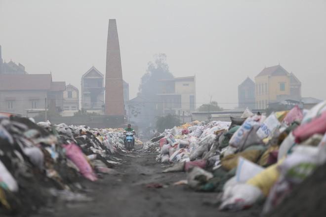 Ám ảnh bãi phế liệu kín cả cánh đồng tại nơi xảy ra vụ nổ ở Bắc Ninh - Ảnh 13.