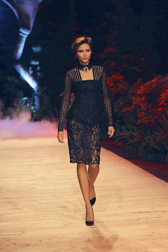 Trước khi đăng quang Hoa hậu, HHen Niê đã là một người mẫu sáng giá với những khoảnh khắc catwalk xuất thần thế này đây - Ảnh 14.