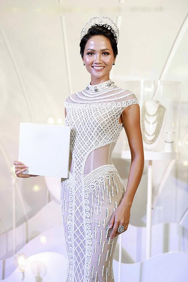 Đại chiến stylist: Chê HHen Niê mặc xấu, cựu stylist của Phạm Hương bị ekip tân Hoa hậu vỗ mặt - Ảnh 15.