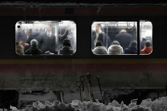 Nhật Bản: Tuyết chôn chân xe lửa, khách rã rời đứng cả đêm - Ảnh 3.