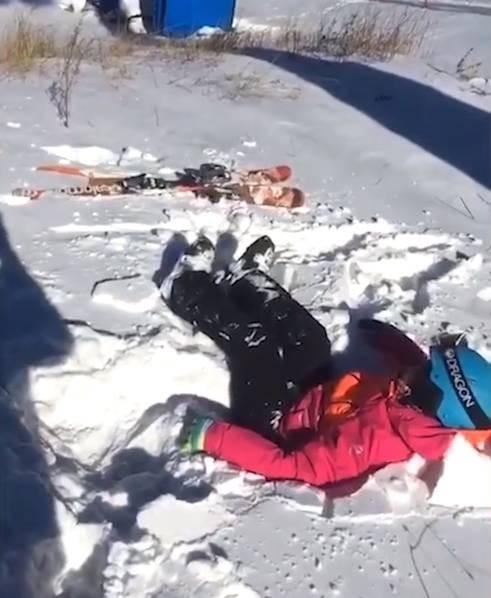 Đang ngồi cáp treo, bé trai bất ngờ rơi thẳng xuống mặt đất - Ảnh 3.