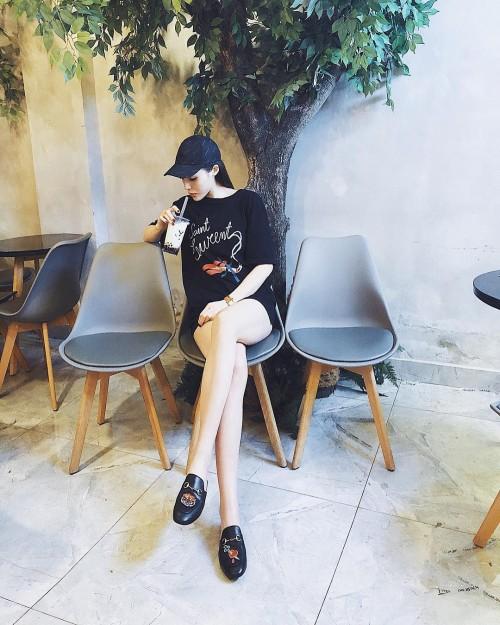 Phạm Hương, Kỳ Duyên đã cất giày cao vời vợi vào tủ… để tậu mốt giày Selena Gomez mê mẩn - Ảnh 3.