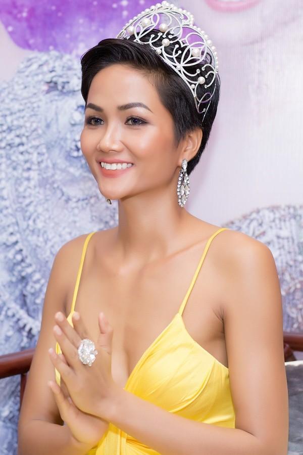 Kể từ khi đăng quang, từ Hoa hậu HHen Niê cho đến 2 Á hậu Hoàn vũ cứ mải miết dùng lại đồ cũ - Ảnh 3.