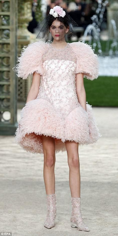 Con gái 16 tuổi của Cindy Crawford xuất hiện ấn tượng ở Tuần lễ Thời trang Haute Couture - Ảnh 3.