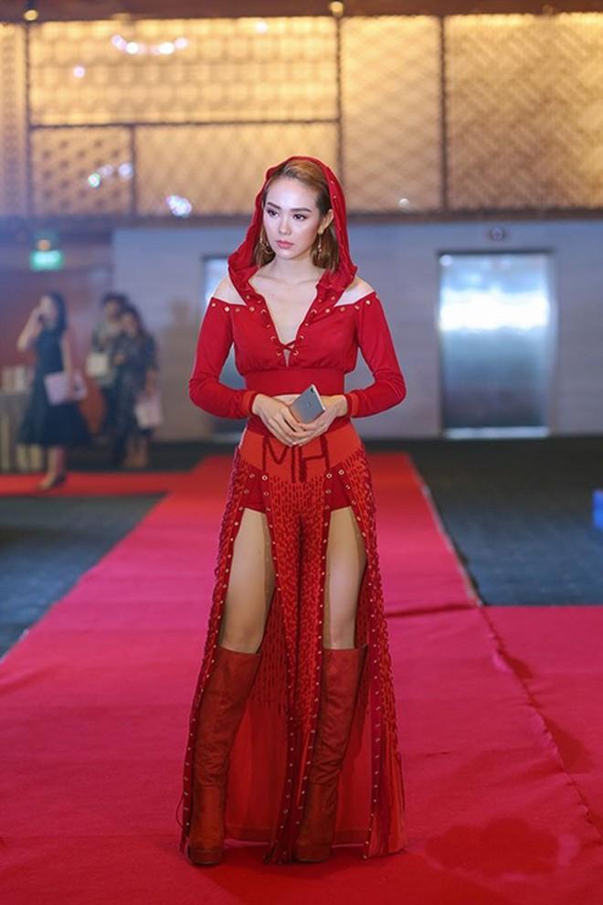 Đại chiến stylist: Chê HHen Niê mặc xấu, cựu stylist của Phạm Hương bị ekip tân Hoa hậu vỗ mặt - Ảnh 24.
