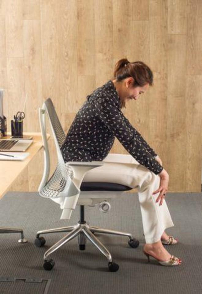 Dân văn phòng ngồi nhiều luôn đối mặt với tình trạng đau lưng khó chịu và đây là cách giải quyết hiệu quả - Ảnh 4.