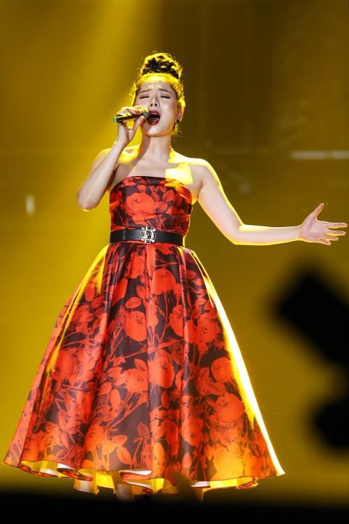 Diện lại váy cũ của Hà Tăng, Lệ Quyên vẫn xinh đẹp, sang trọng không tì vết - Ảnh 4.