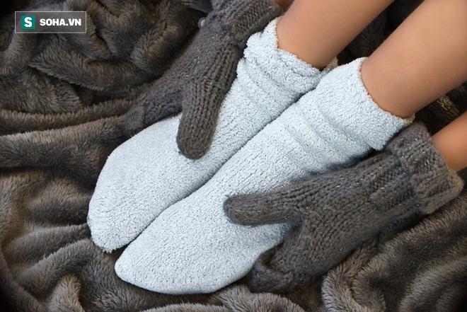 Lạnh chân kèm theo 7 dấu hiệu sau cần đến gặp bác sĩ càng nhanh càng tốt - Ảnh 4.
