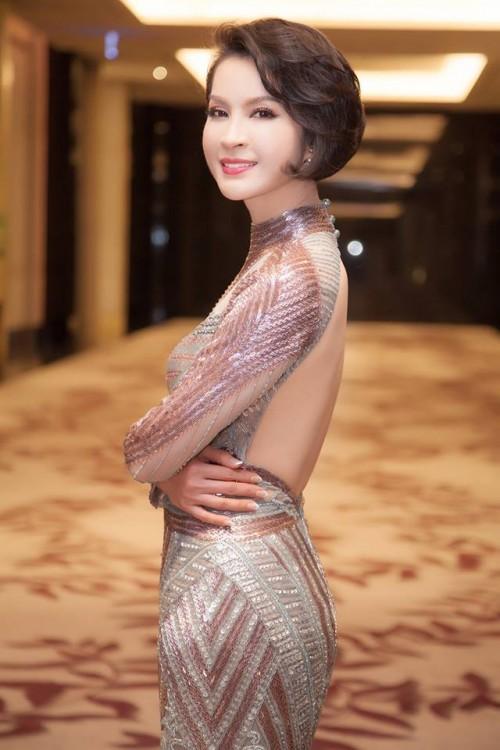 Thanh Mai 'ăn gian' tuổi thành công, lấn lướt Hoàng Thuỳ khi đụng váy xuyên thấu - Ảnh 4.