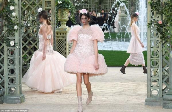 Con gái 16 tuổi của Cindy Crawford xuất hiện ấn tượng ở Tuần lễ Thời trang Haute Couture - Ảnh 4.